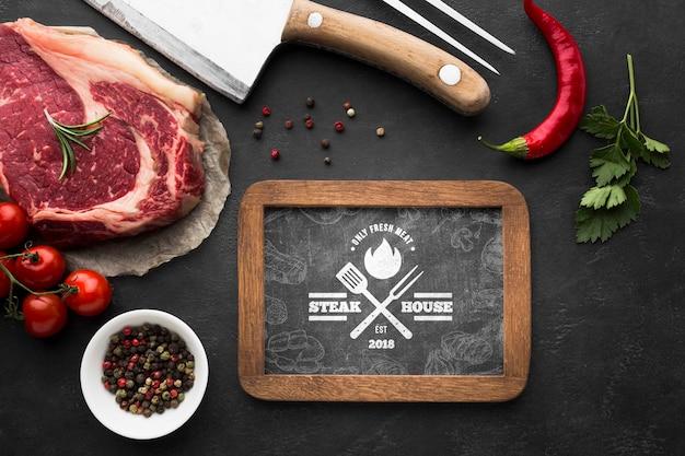 Vista dall'alto prodotti a base di carne con lavagna mock-up