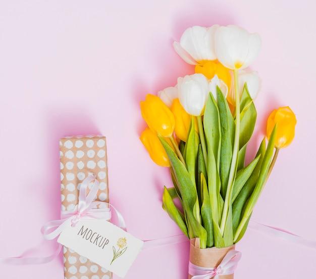 Vista dall'alto regalo di compleanno con fiori
