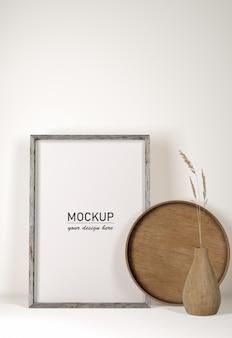 Vista frontal bandeja de madera con marco y jarrón