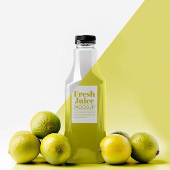 Vista frontal de la botella de jugo de limón con tapa