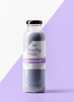 Vista frontal de la botella de jugo transparente