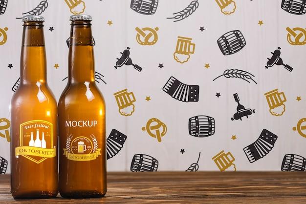 Vista frontal de botellas de cerveza con espacio de copia