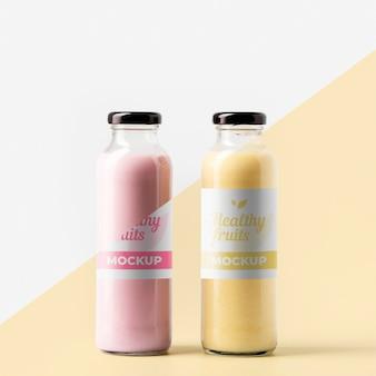 Vista frontal de botellas de jugo transparente