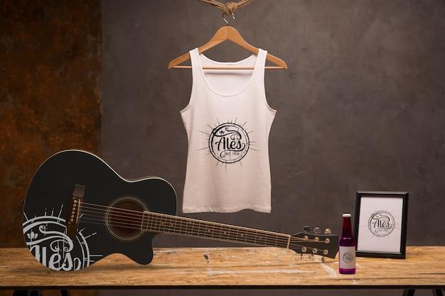 Vista frontal camiseta blanca con guitarra y cerveza