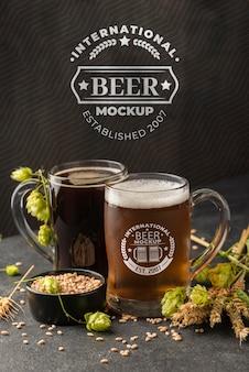 Vista frontal de cebada con pintas de cerveza