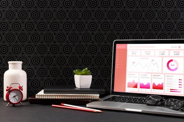 Vista frontal de la computadora portátil en la maqueta del escritorio