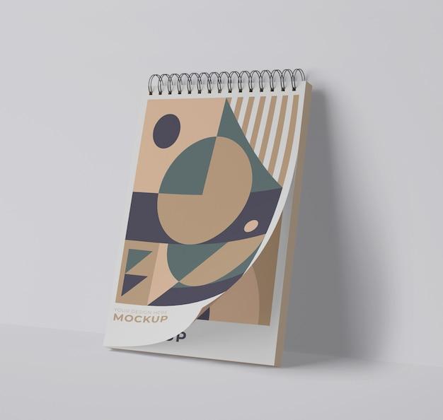 Vista frontal del cuaderno espiral con formas geométricas.
