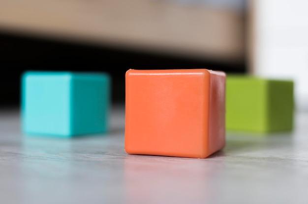 Vista frontal de cubos de diferentes colores para empresas