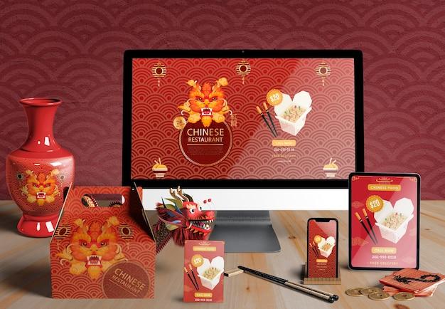 Vista frontal de dispositivos digitales y regalos para el año nuevo chino