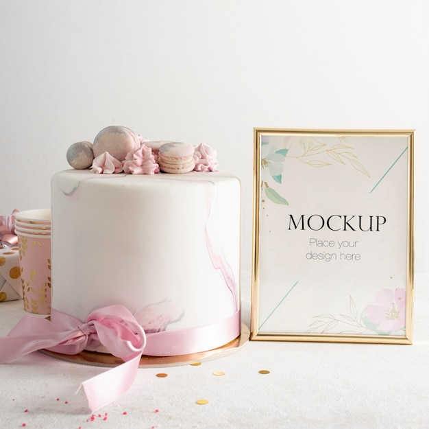 Vista frontal del elegante marco de cumpleaños con pastel