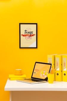 Vista frontal del escritorio con laptop y marco