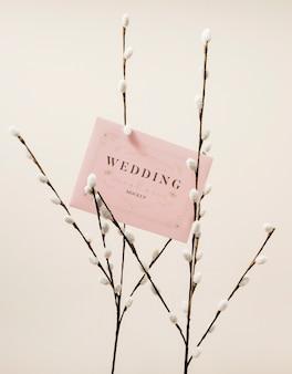 Vista frontal de flores con invitación de boda