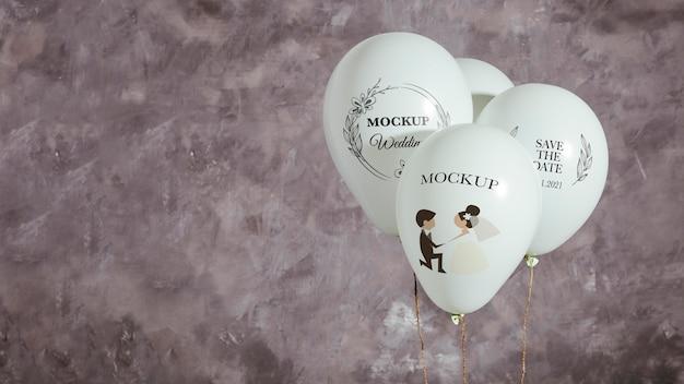 Vista frontal de globos de maqueta para boda con espacio de copia