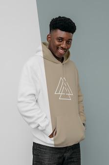 Vista frontal del hombre sonriente con capucha