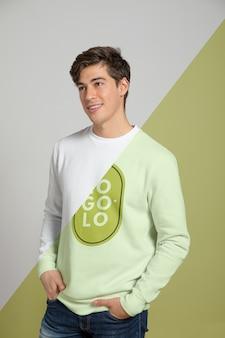 Vista frontal del hombre vestido con suéter
