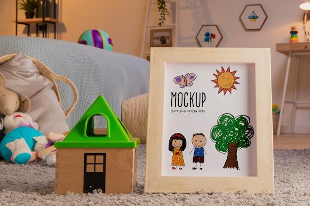 Vista frontal de juguetes para niños con marco.