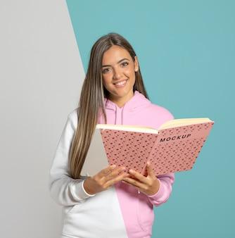 Vista frontal del libro de explotación de mujer sonriente