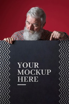 Vista frontal de la maqueta de hombre mayor