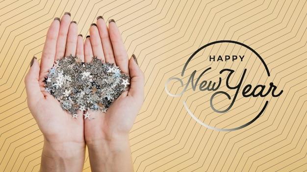 Vista frontal maqueta de letras de año nuevo sobre fondo amarillo