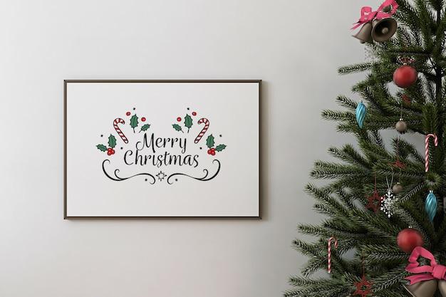 Vista frontal del marco del cartel de la maqueta y el árbol de navidad