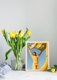 Vista frontal del marco con ramo de tulipanes en florero
