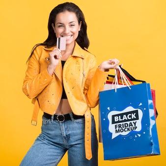 Vista frontal de la mujer con el concepto de viernes negro