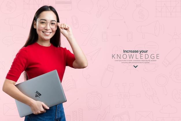 Vista frontal mujer sosteniendo un anuncio de maqueta para cursos