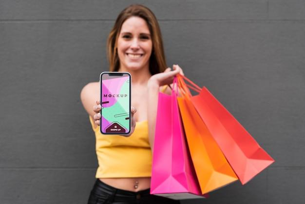 Vista frontal mujer sosteniendo smartphone