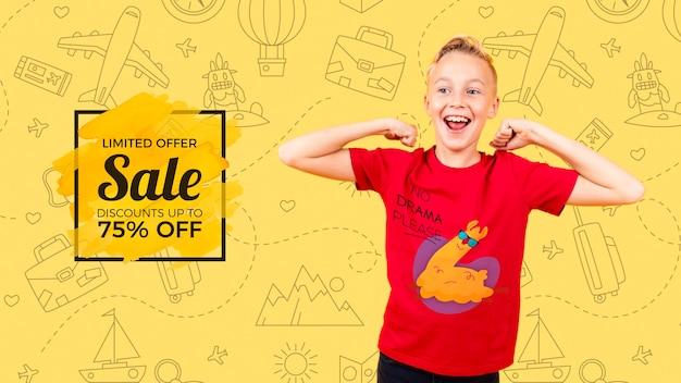 Vista frontal del niño sonriente con venta