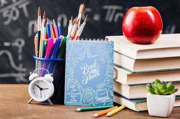 Vista frontal de regreso al concepto de escuela con bloc de notas.