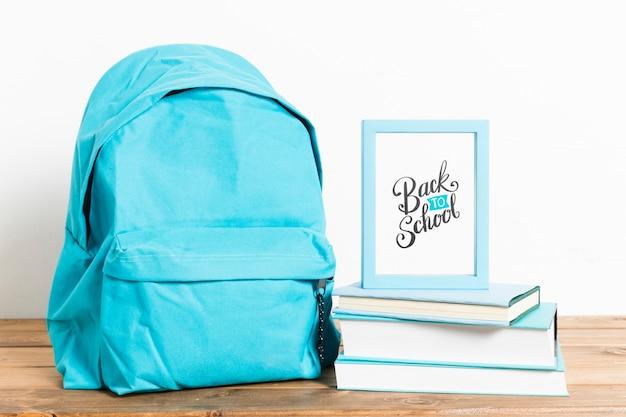 Vista frontal de regreso a la escuela mochila con marco