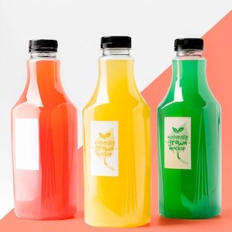 Vista frontal de la selección de botellas de jugo con tapas.