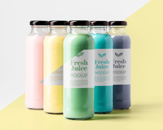 Vista frontal de la selección de botellas de jugo transparentes