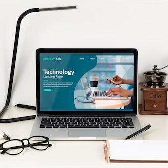 Vista frontal de la superficie del escritorio con lámpara y gafas.