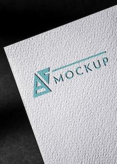Vista frontal de la tarjeta de presentación de papel con superficie gruesa