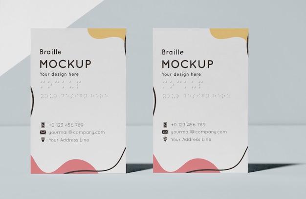 Vista frontal de tarjetas de visita con braille en relieve