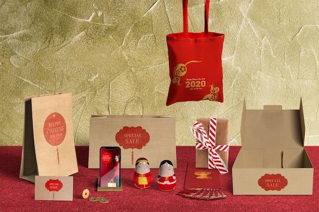 Vista frontal de ventas de regalos especiales con papel de regalo y cajas