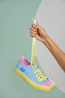 Vista frontal de zapatillas de mano