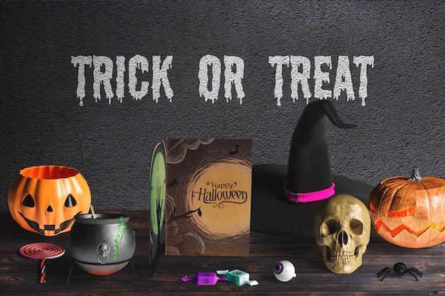 Vista frontale del concetto di halloween sulla tavola di legno