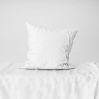 Vista frontale del modello bianco della fodera per cuscino