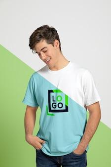 Vista frontale dell'uomo in posa mentre indossa la maglietta