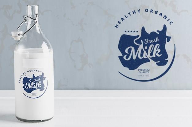 Vista frontale della bottiglia di latte con mock-up