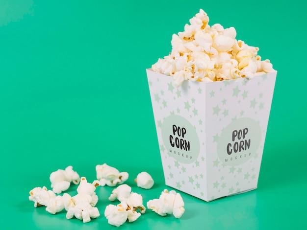 Vista frontale della tazza di popcorn con spazio di copia
