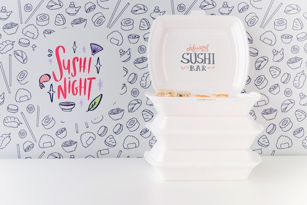 Vista frontale delle ciotole di sushi sulla tavola