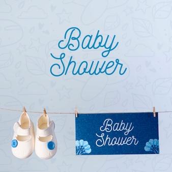 Vista frontale delle scarpe con la decorazione blu della doccia di bambino
