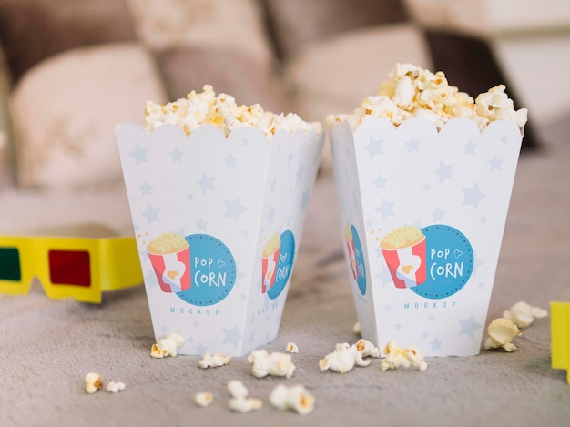Vista frontale di bicchieri da cinema e tazze di popcorn