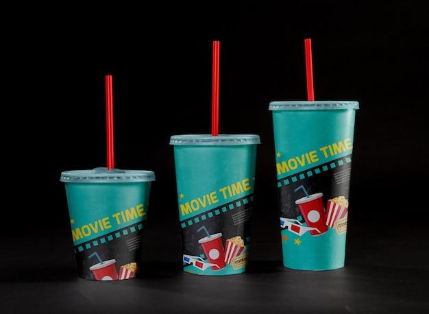 Vista frontale di tazze da cinema con cannucce