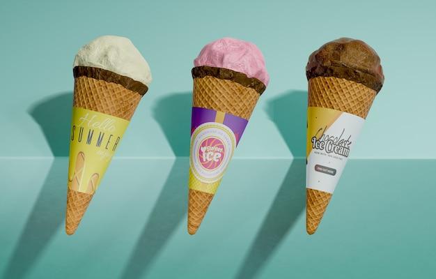 Vista frontale di tre varietà di coni gelato
