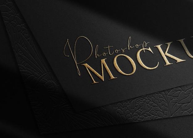 Vista en perspectiva de la maqueta de papel de logotipo en relieve de lujo de cerca