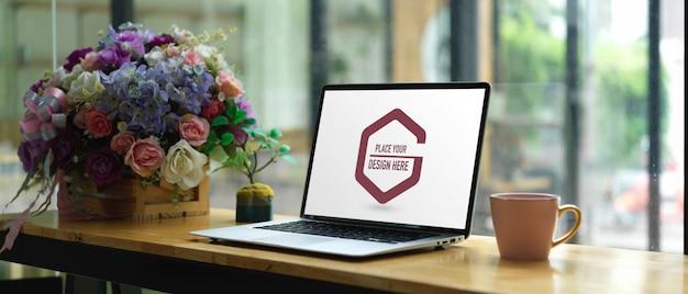Vista ravvicinata del piano di lavoro con lo schermo del laptop